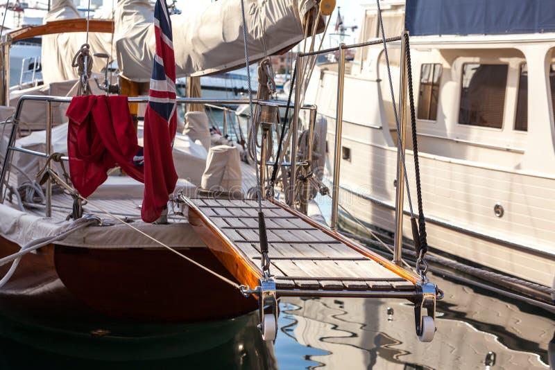 Échelle en bois sur le yacht marin restant dans le port image stock