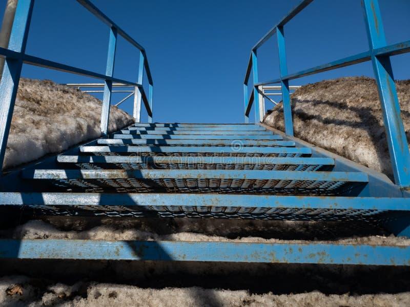 Échelle en métal d'escaliers de pont sur la fin de pont  photo stock