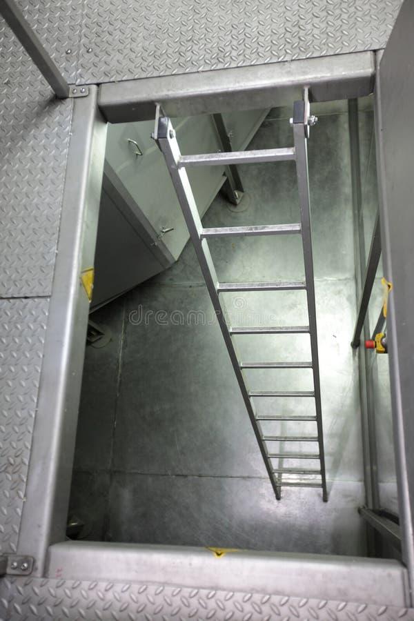 Échelle en métal dans l'espace industriel photographie stock libre de droits
