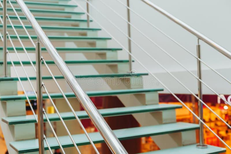 Échelle en verre de conception avec la balustrade en métal dans la salle de marché de photos libres de droits