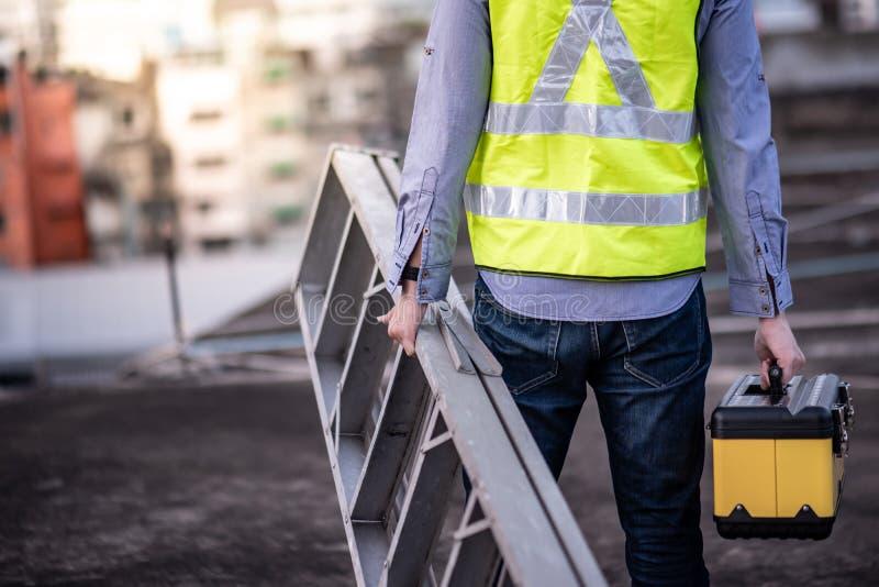 Échelle et boîte à outils en aluminium de transport d'homme de travailleur image libre de droits