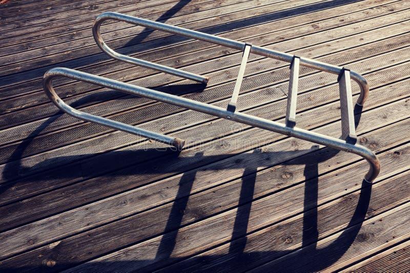 Échelle isolée de piscine image stock