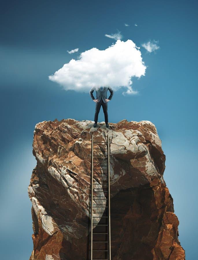 Échelle menant au dessus d'une roche de montagne et d'un homme d'affaires photographie stock libre de droits