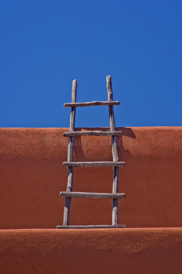 Échelle sur le mur Santa Fe d'adobe photographie stock