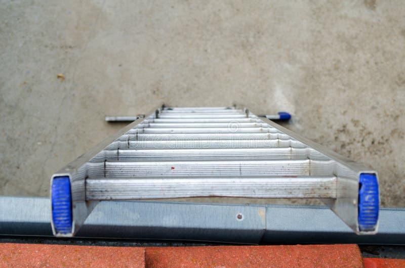 Échelle sur le toit images libres de droits