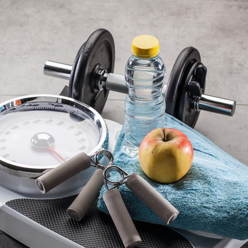 Échelles, accessoires d'exercice de poids et nourriture et boisson naturelles de régime image stock