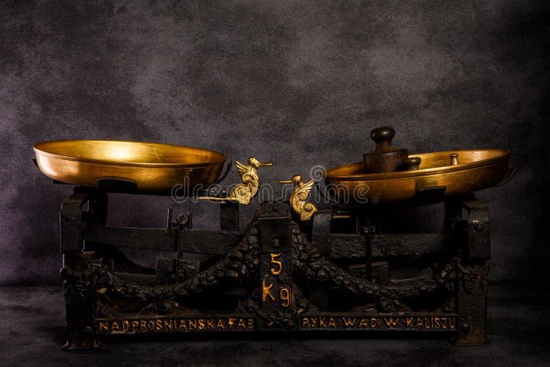 Échelles anciennes avec deux cuvettes d'or et vieux poids photo libre de droits
