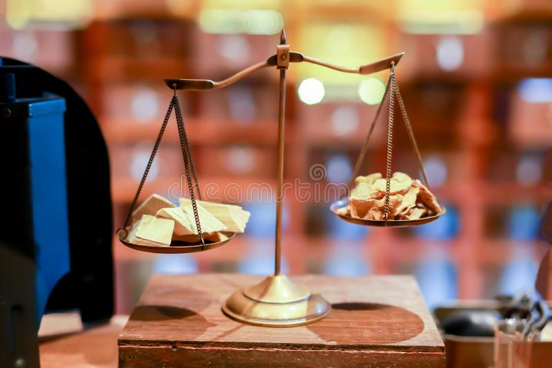 Échelles antiques avec l'équilibre de poids mis sur la table en bois photographie stock