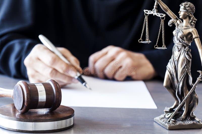 Échelles de justice avec le marteau de juge sur la table images libres de droits