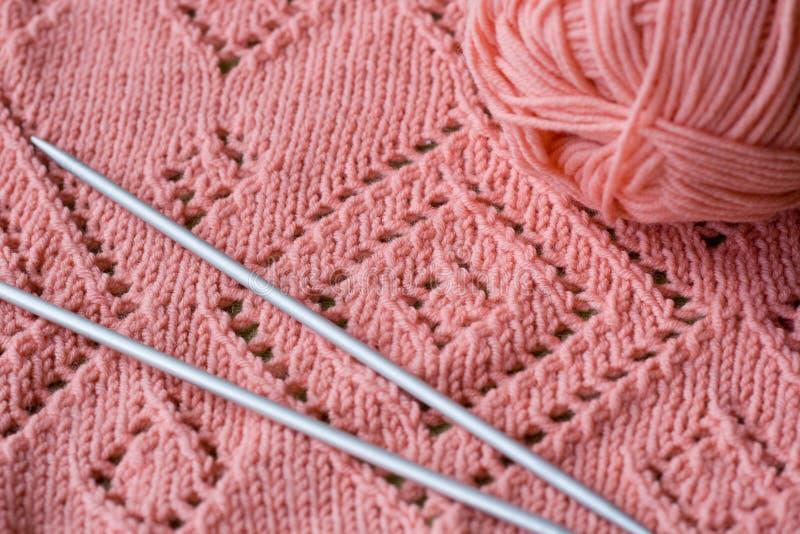 Écheveau tricoté d'élément des aiguilles de fil et de tricotage photo libre de droits