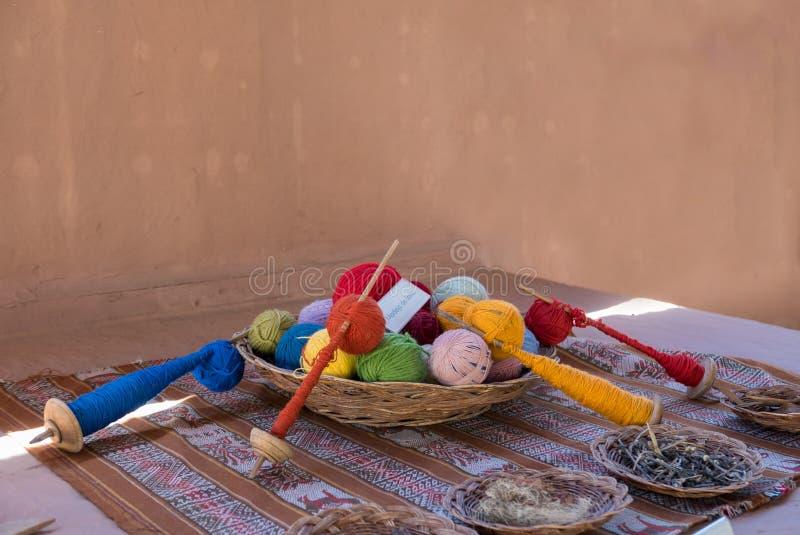 Écheveaux de laine avec des crochets et des melteds Cuzco photographie stock