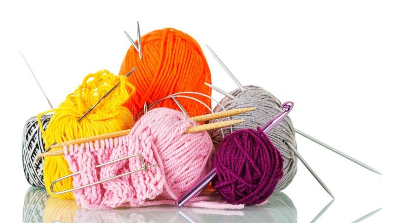 Écheveaux multicolores de fil, d'aiguilles de tricotage, de crochets et de goupilles, modèles de finition, d'isolement sur le bla images libres de droits