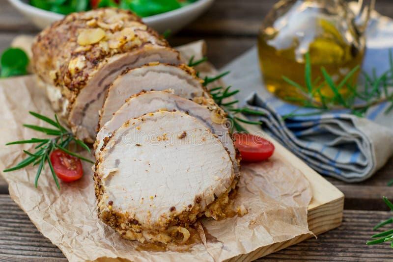 Échine de rôti de porc en marinade de moutarde avec le romarin photos stock