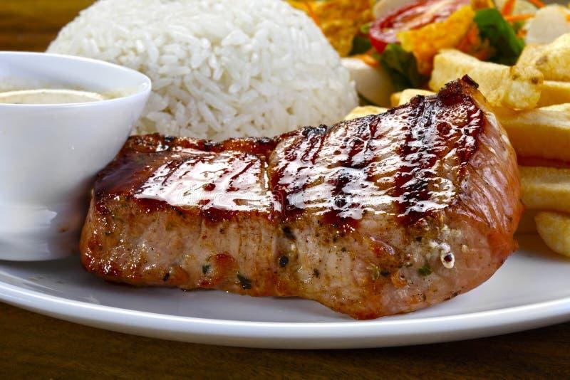 Échine de rôti de porc sur un repas images stock