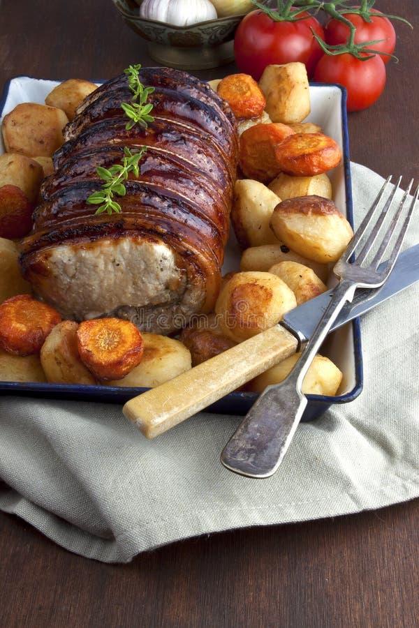 Échine rôtie de porc avec les pommes de terre cuites au four images stock