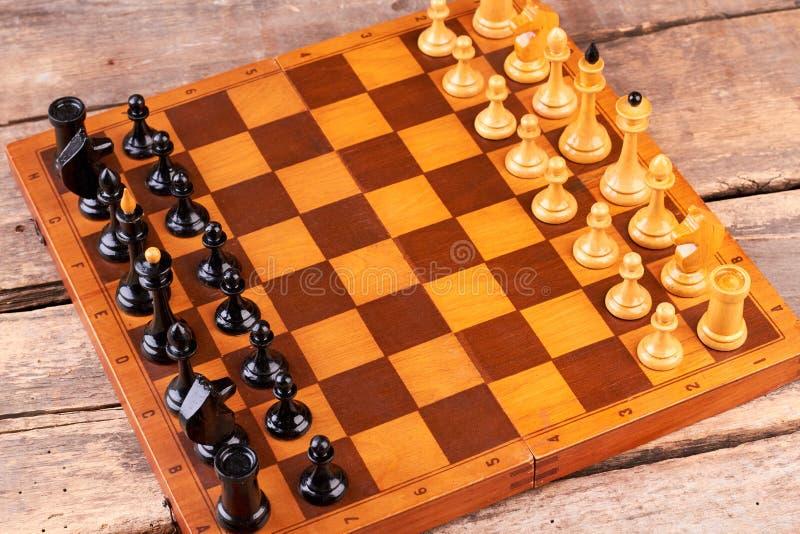 Échiquier avec des chiffres d'échecs photos stock