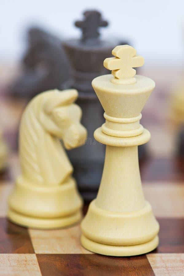 Échiquier avec des pièces d'échecs photos stock