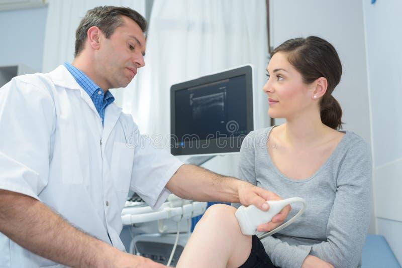 Écho d'ultrason sur la femme de genou photographie stock
