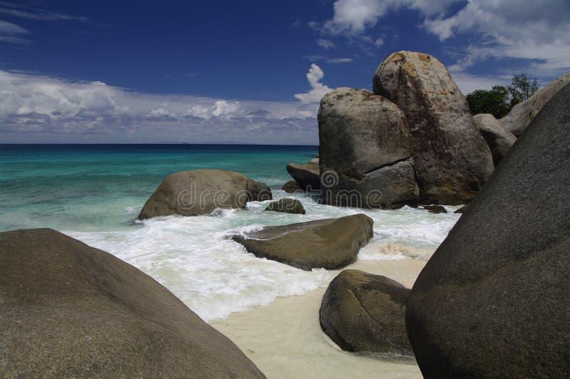 Échouez avec des roches à la baie de Carana, Seychelles photo libre de droits