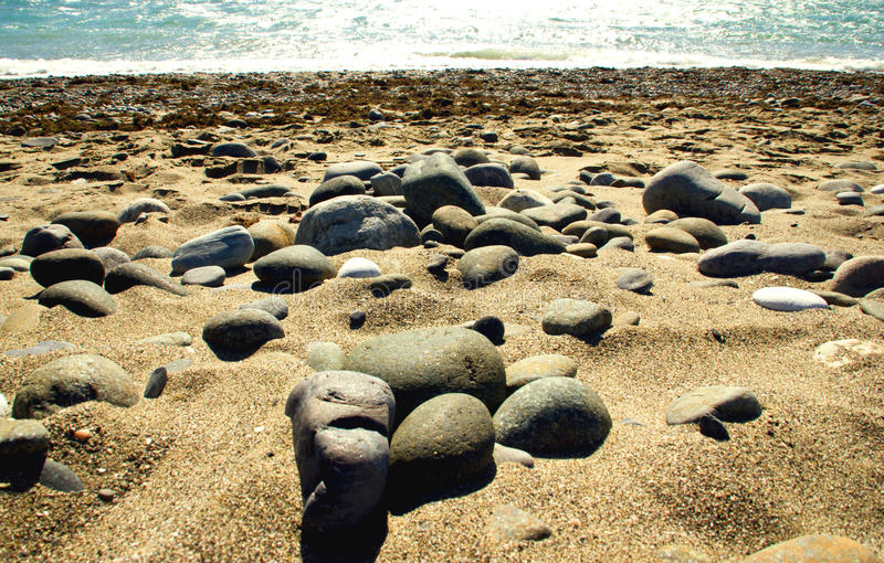 Échouez avec le caillou et les pierres dans la côte méditerranéenne image libre de droits