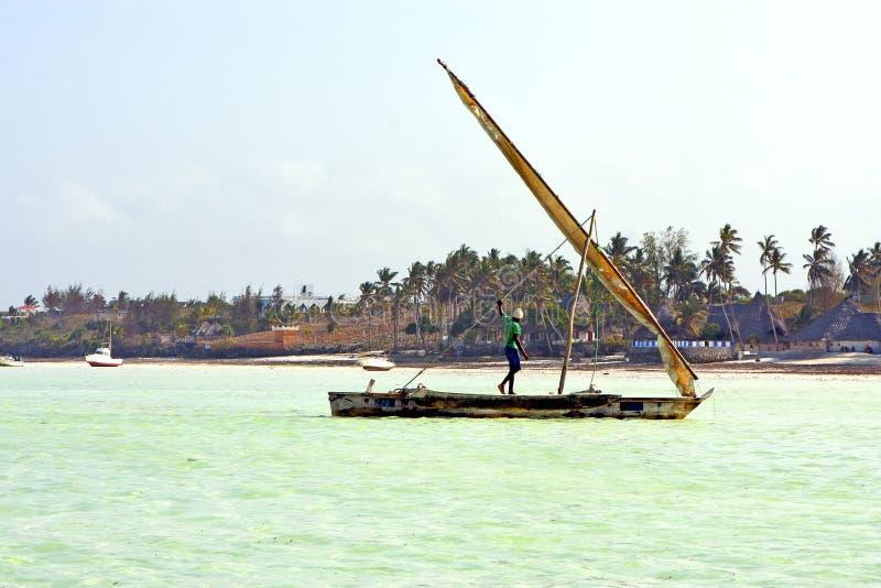échouez dans le ciel et le sailin d'île de sable de paume d'algue de Zanzibar photographie stock libre de droits