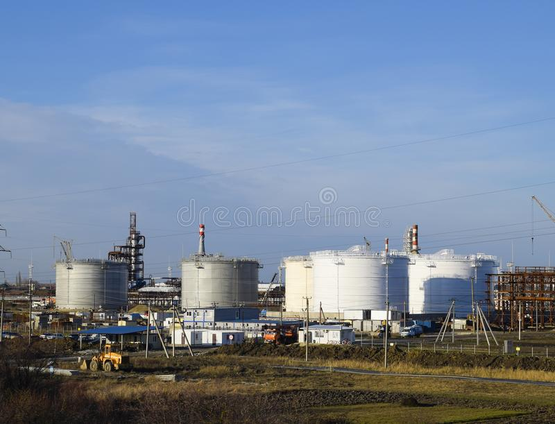 Échouez l'acier vertical Capacités pour le stockage de pétrole, d'essence, de kérosène, de diesel et d'autres liquides image stock