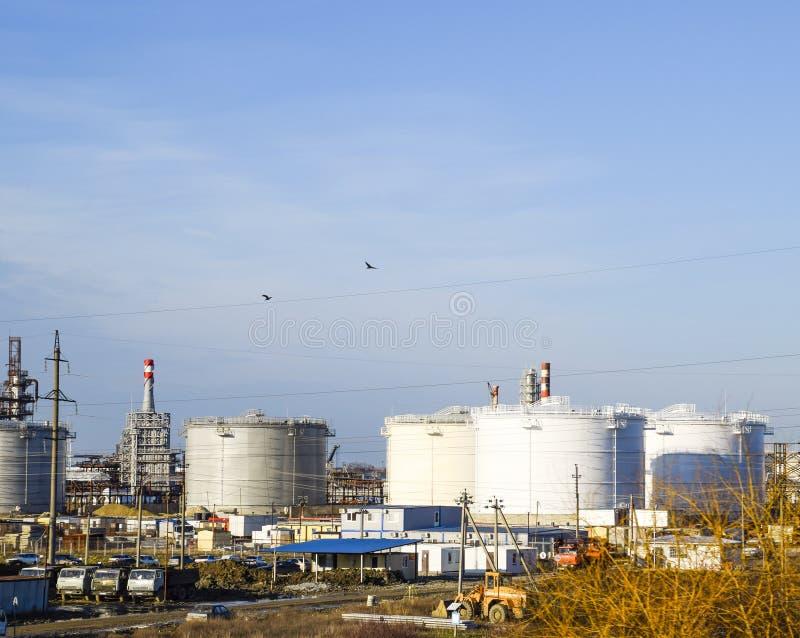 Échouez l'acier vertical Capacités pour le stockage de pétrole, d'essence, de kérosène, de diesel et d'autres liquides photographie stock
