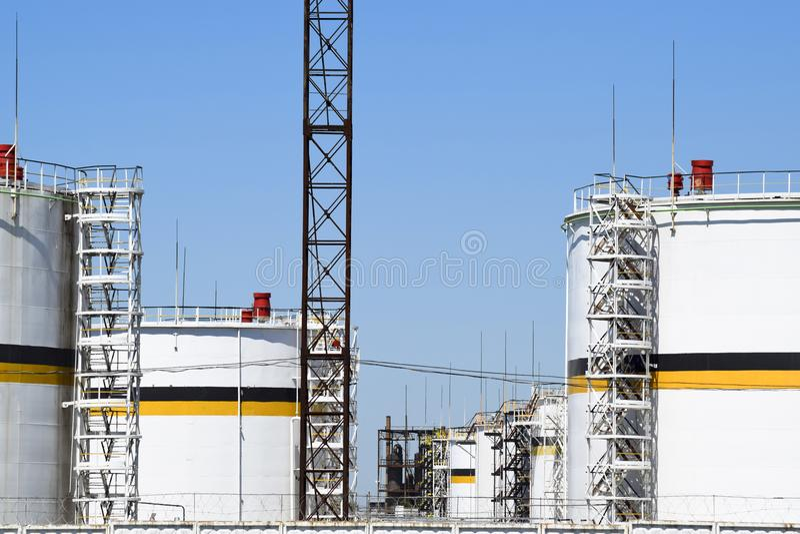 Échouez l'acier vertical Capacités pour le stockage des produits pétroliers photographie stock