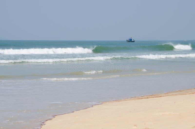 Échouez la Mer d'Oman de Goa Inde avec le bateau image stock