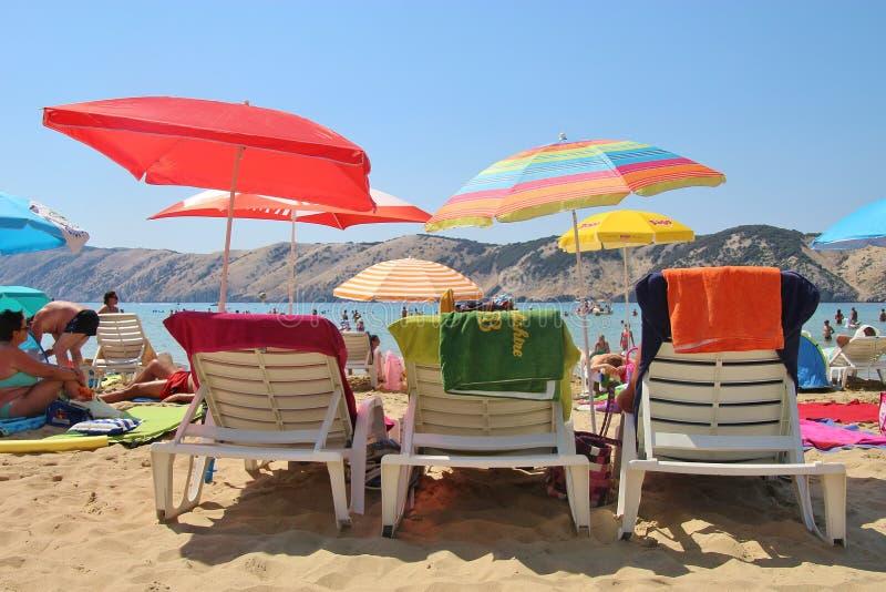 Échouez la scène avec des parasols sur un la plage de Lopar, île de Rab, Croatie images stock