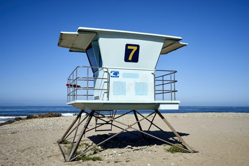 Échouez la tour de maître nageur sur le littoral de la Californie contre les cieux bleus photo stock
