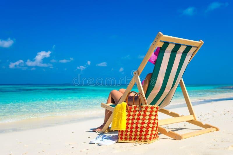 Échouez les vacances Belle femme chaude appréciant regardant la vue du bea photos libres de droits