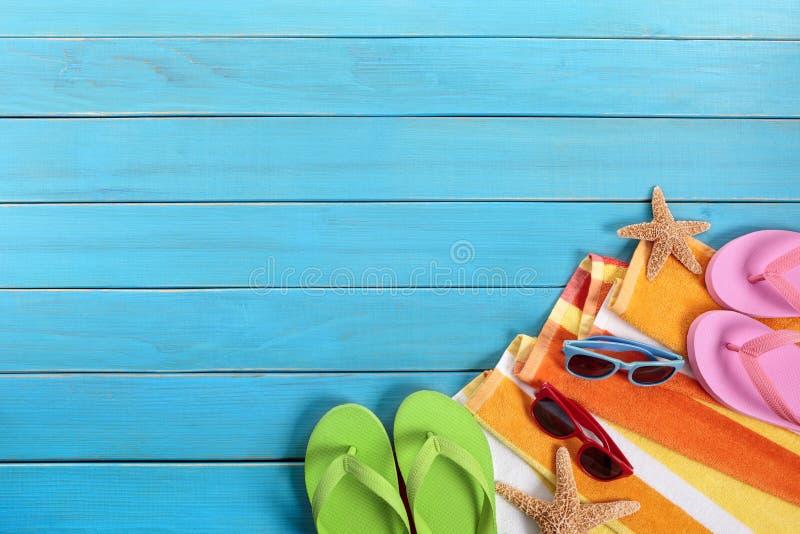 Échouez prendre un bain de soleil le fond, lunettes de soleil, bascules électroniques, l'espace de copie photo stock