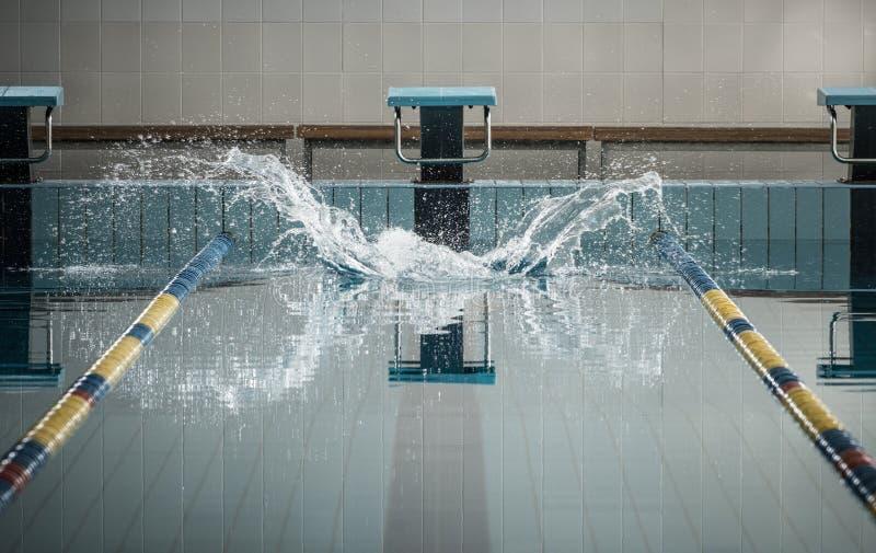 Éclabousse après que les nageurs sautent image stock