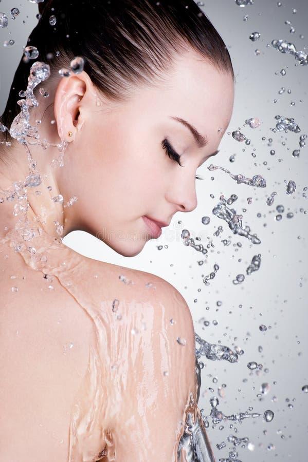 Éclabousse et goutte d'eau autour du visage femelle image libre de droits