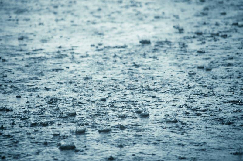 Éclaboussement de baisses de pluie images stock