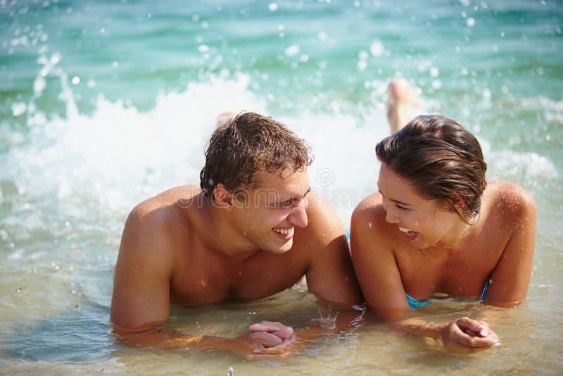 Éclaboussement de couples photo stock