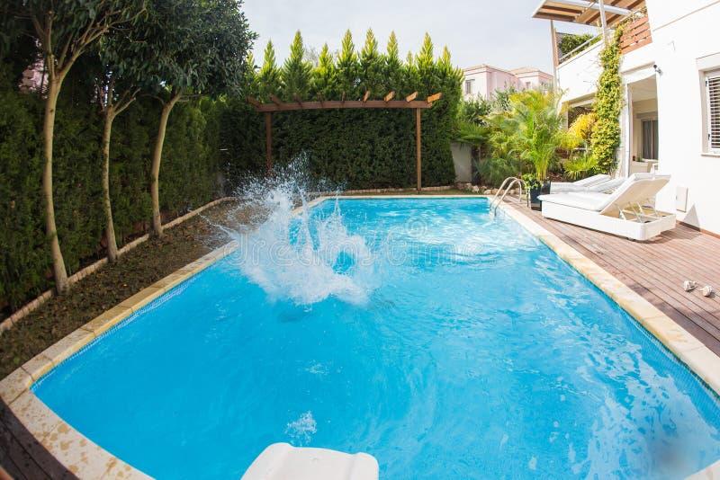 Éclaboussement de l'eau dans la piscine photographie stock