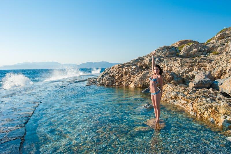 Éclaboussement de la mer sur la fille femme jouant dans l'eau d'océan photos stock