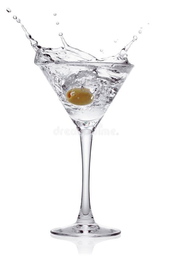 Éclaboussez de l'olive dans une glace de cocktail. images libres de droits