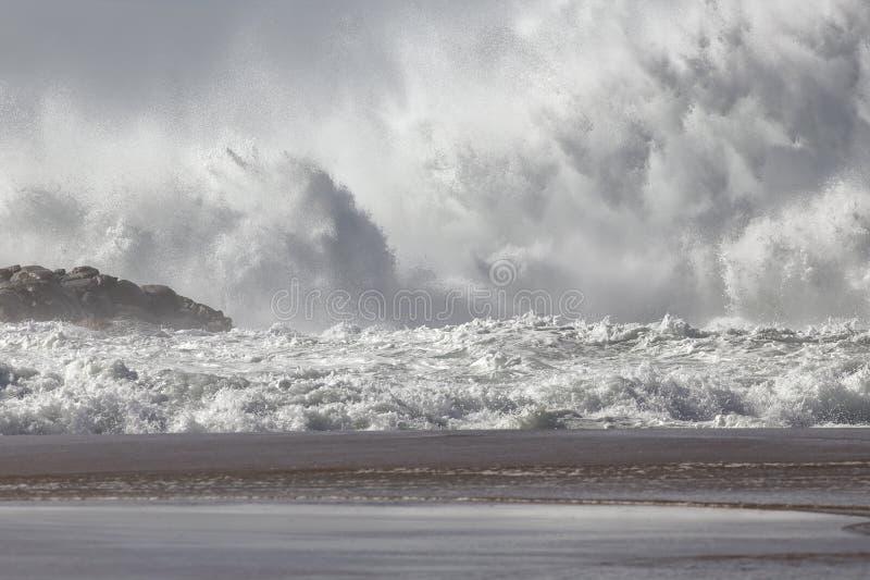 Éclaboussure énorme de vague de mer photo libre de droits