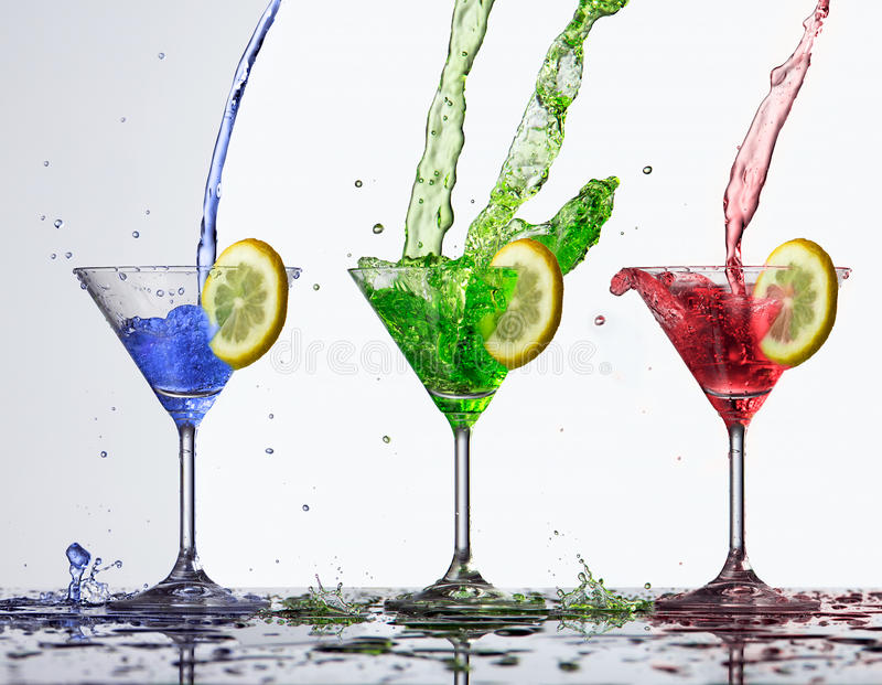 Éclaboussure colorée de l'eau en verre photo libre de droits