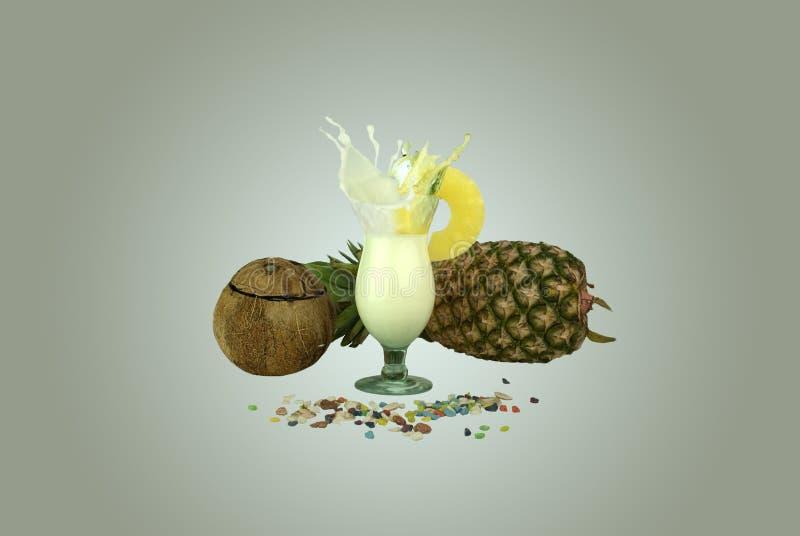 Éclaboussure de colada de piña avec une tranche d'ananas photo stock