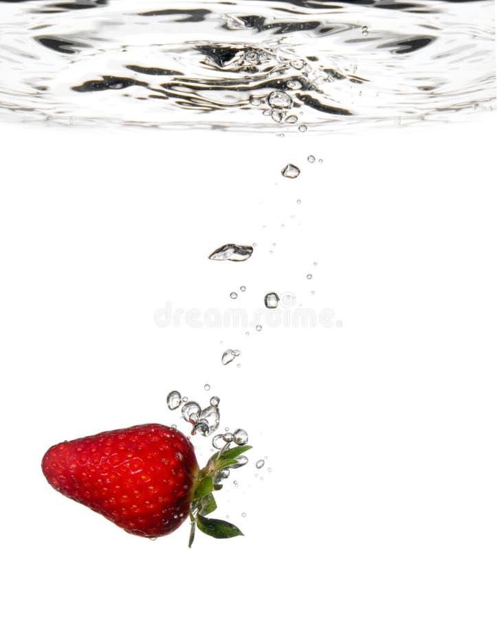 Éclaboussure de fraise dans l'eau photos stock