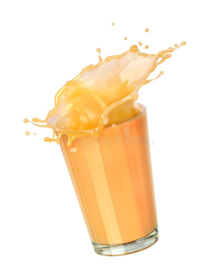 ?claboussure de jus de banane dans un becher en verre photos libres de droits