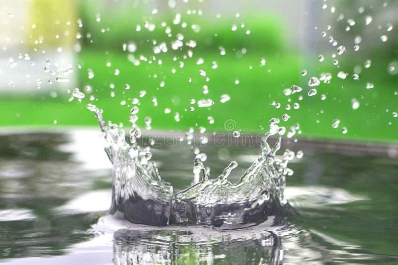 Éclaboussure de l'eau dans un baril images stock