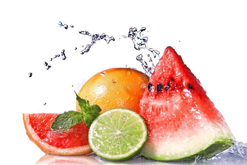 Éclaboussure de l'eau sur les fruits frais images libres de droits