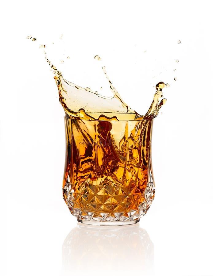 Éclaboussure de whiskey d'isolement sur le fond blanc photos stock
