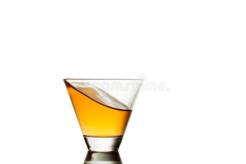 Éclaboussure de whiskey en verre d'isolement sur un fond blanc images stock