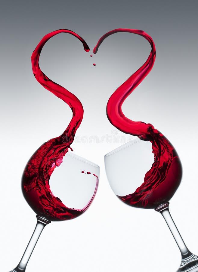 Éclaboussure en forme de coeur de vin rouge images stock